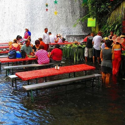 Villa Escudero lunch with feet in the water