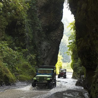 Gorge & 4x4 on the way to Puning Hot Spring